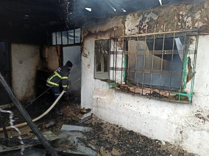 Sobadan çıkan yangında yaşlı çift evsiz kaldı