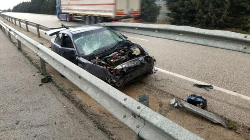 Refüjdeki demir bariyerlere çarpan otomobil sürücüsü yaralandı