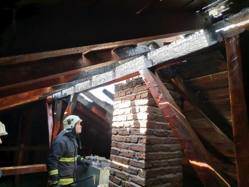 Okul çatısındaki yangın büyümeden söndürüldü