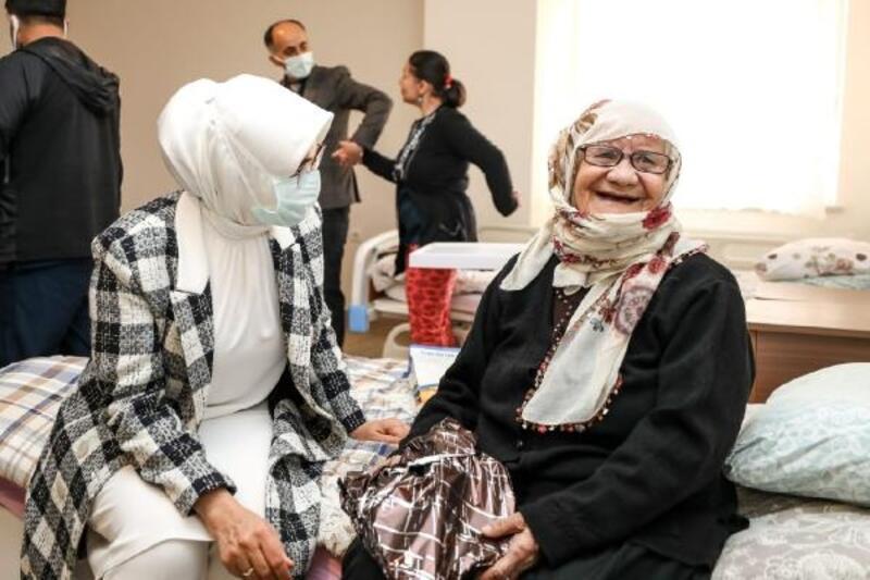 Vali Bilmez'in eşi Meral Bilmez, yaşlı kadınları unutmadı