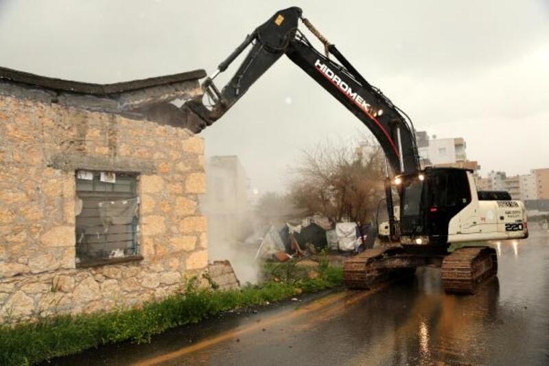 Vatandaşın güvenliğini tehdit eden yapılar yıkılıyor