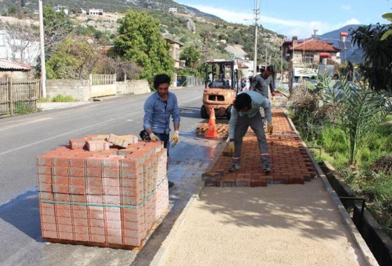 Büyükşehir, Finike Atatürk Caddesi'nin kaldırımını yeniliyor