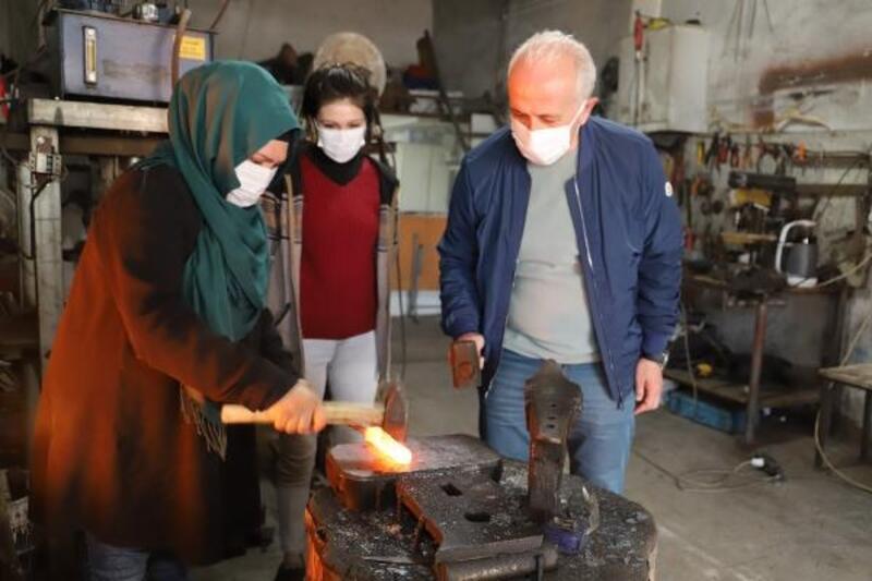 Başkan Gültak'tan ödüllü kadın demirciye ziyaret