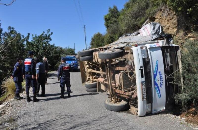 Küçükbaş hayvan taşınan kamyon devrildi