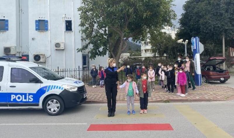 Polisten, çocuklara yaya geçidi kullanma eğitimi