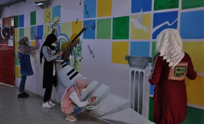 Öğrenciler, okul koridorlarını tuvale dönüştürdü