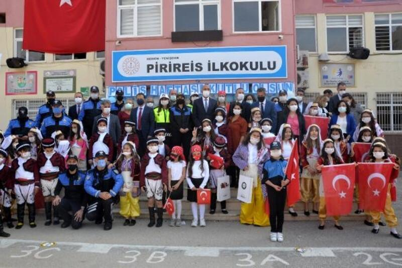 Öğrencilerden polise özel kutlama