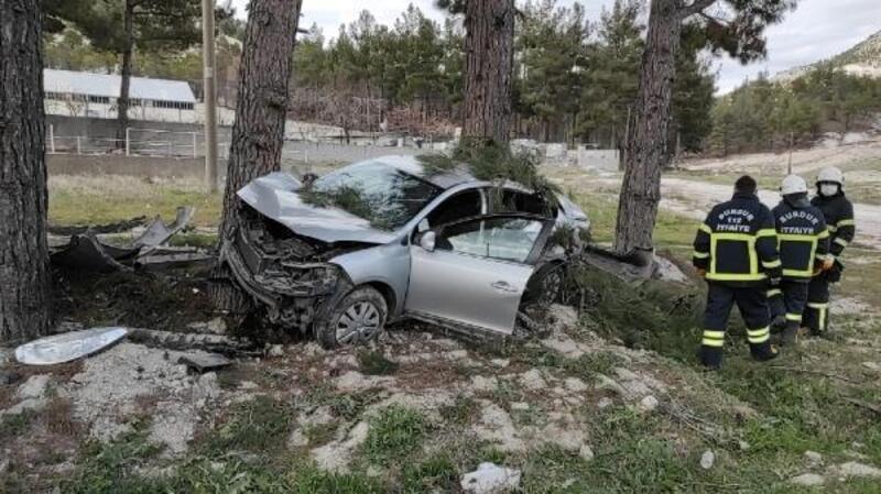 Otomobil ağaçlara çarparak durabildi: 1 yaralı