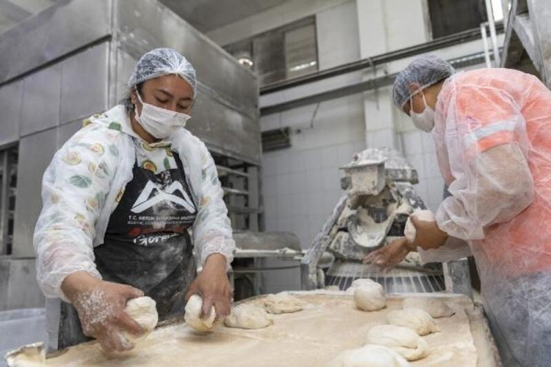 MER-EK'in Ramazan pideleri, hamurundan satışına kadar kadın emeği ile işleniyor