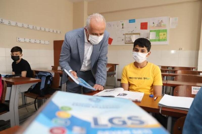 Akdenizli öğrencilere LGS hazırlık setleri hediye edildi