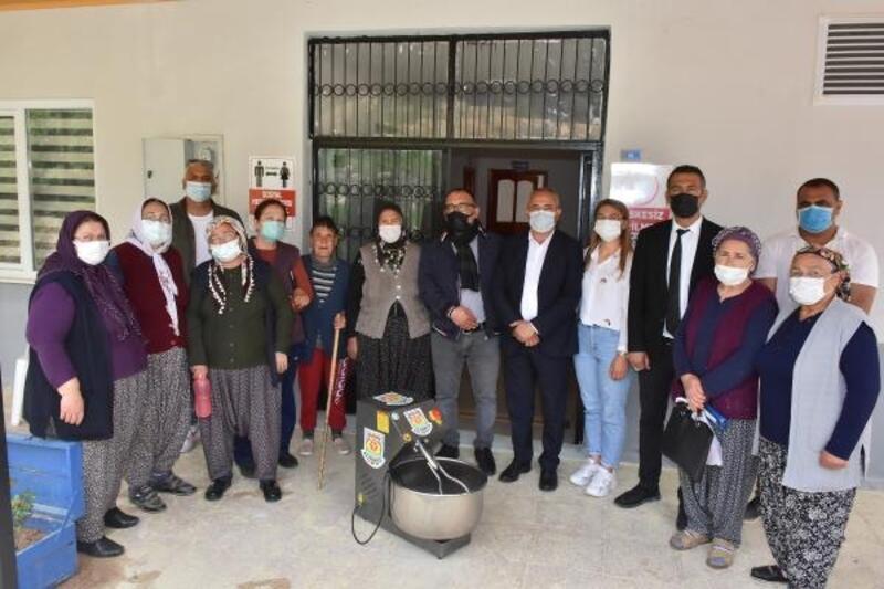 Tarsus Belediyesi köylülere hamur makinesi dağıtıyor