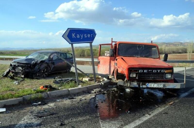 Kayseri'de otomobil ile kamyonet çarpıştı: 2 yaralı