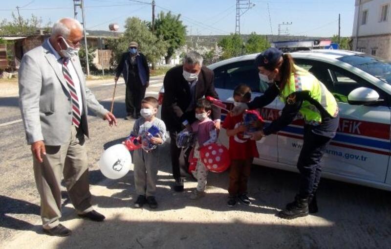 Mersin'de jandarma, 23 Nisan'da çocukları unutmadı