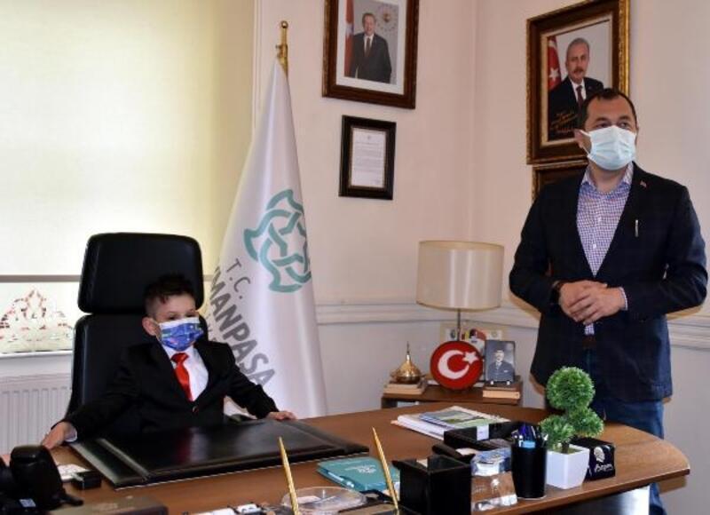 Başkan Yüksel'in koltuğuna oturan Buğra, okuluna kütüphane istedi