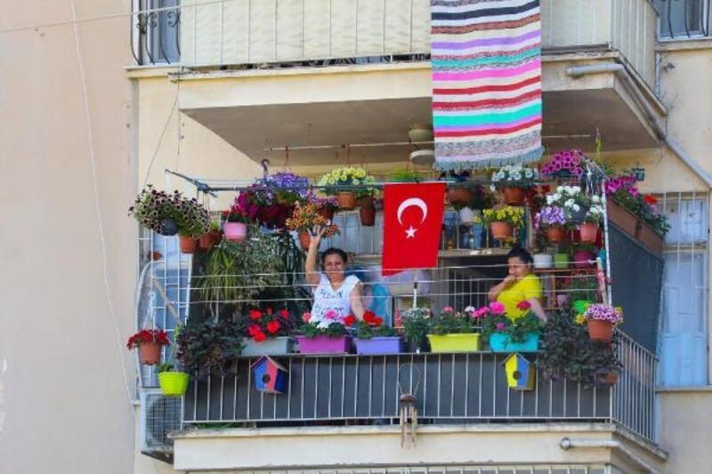 Mersinliler evde, 23 Nisan coşkusu sokakta