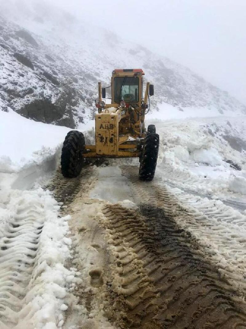 Manavgat'ta karın kapadığı yollar ulaşıma açıldı