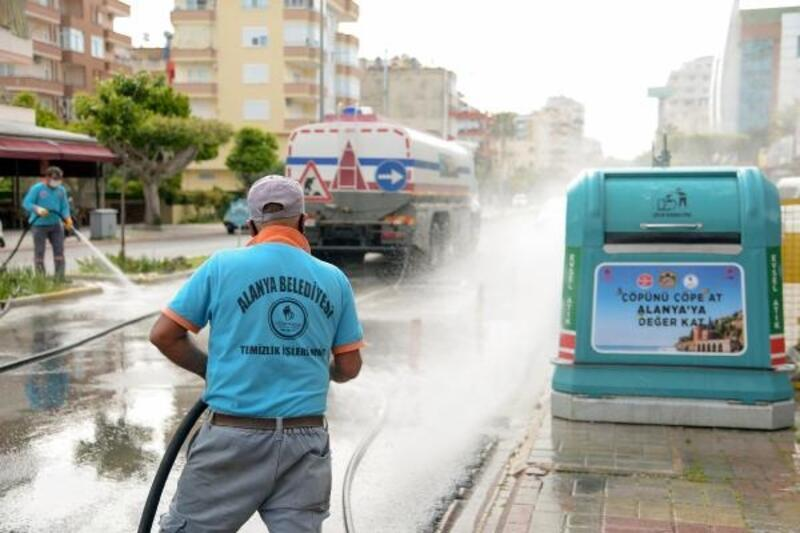 Ana caddeler yıkanarak dezenfekte ediliyor