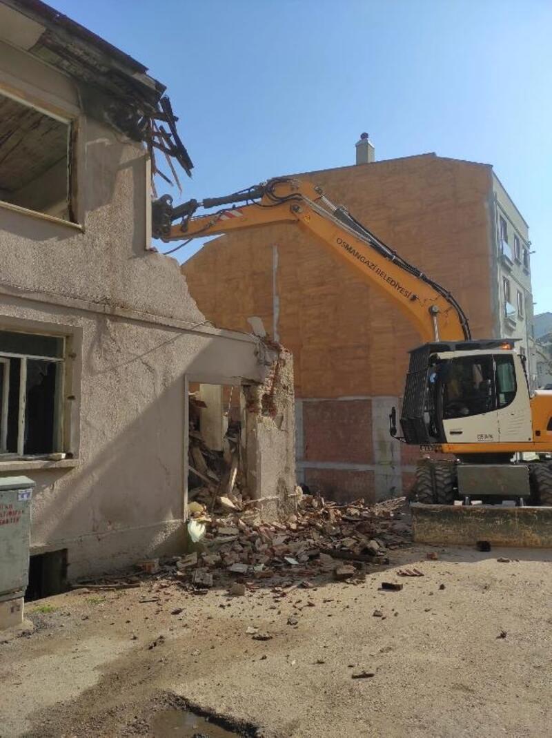 Osmangazi'de iki katlı metruk bina yıkıldı