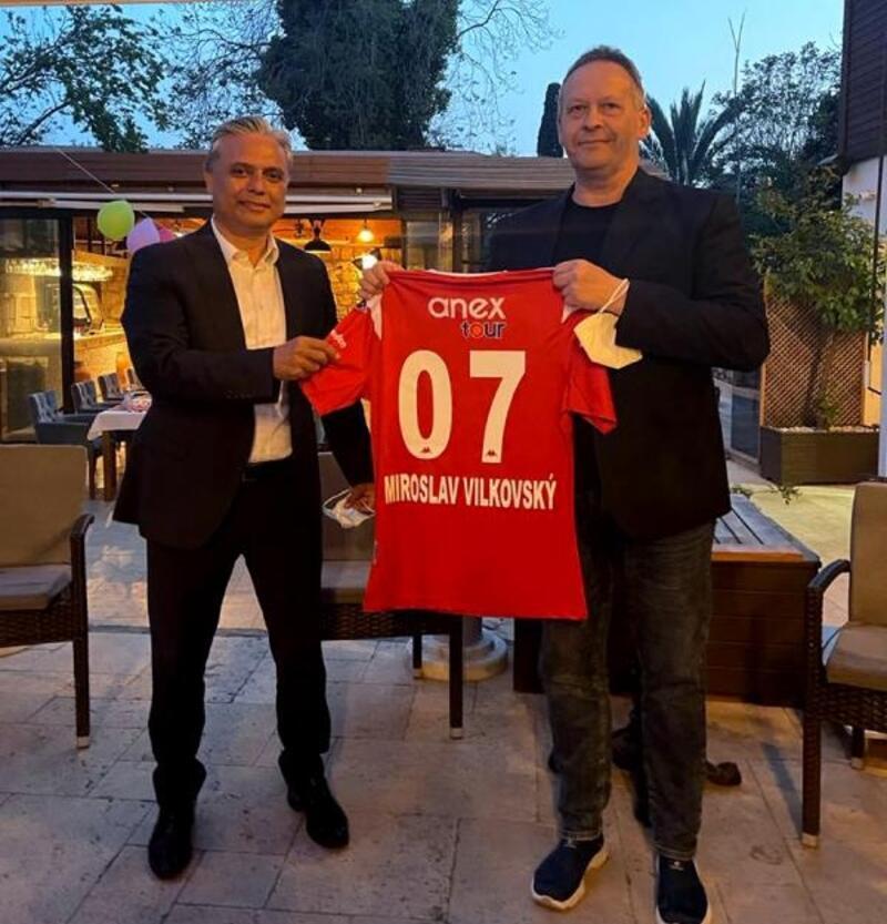 Başkan Uysal, Antalyaspor forması hediye etti