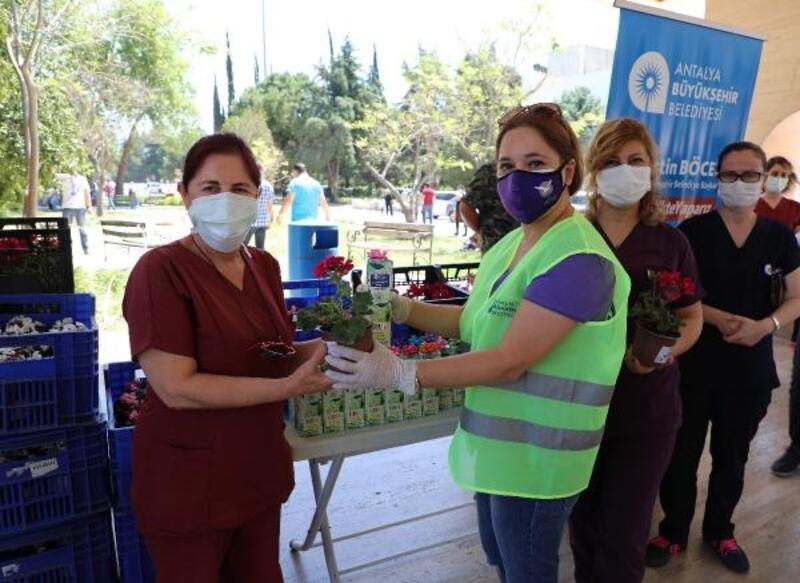 Başkan Böcek'ten sağlık çalışanlarına Anneler Günü çiçeği