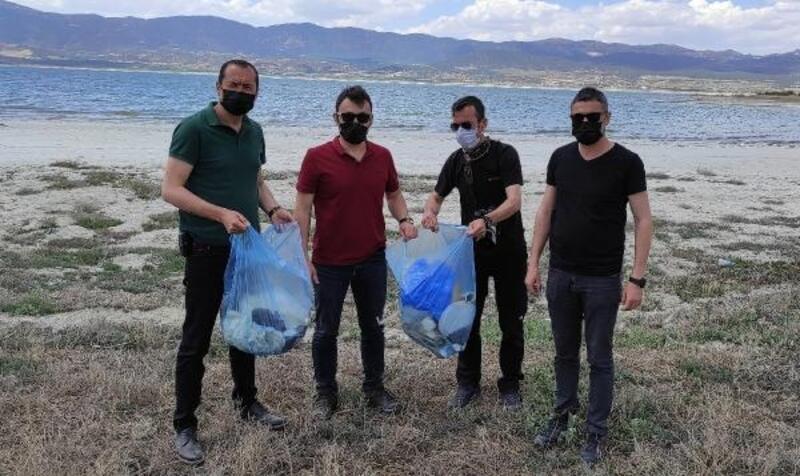 Amatör fotoğrafçılar göl sahilini temizledi