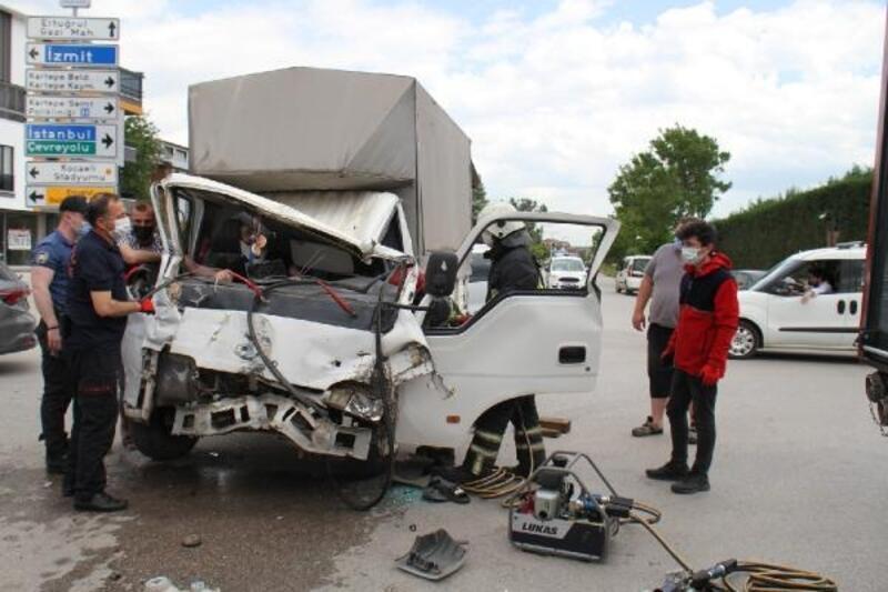Kamyonet önce TIR'a sonra otomobile çarptı: 1 yaralı