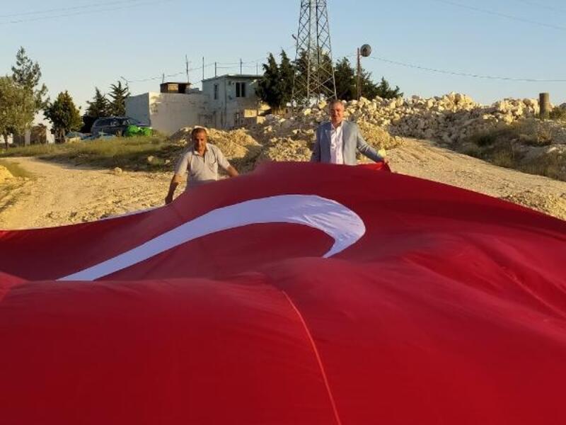 Besni'de, belediye başkanı vatandaşa dev Türk bayrağı hediye etti