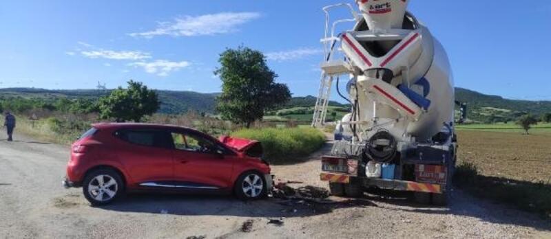 Otomobil ile beton mikseri çarpıştı; 2 yaralı