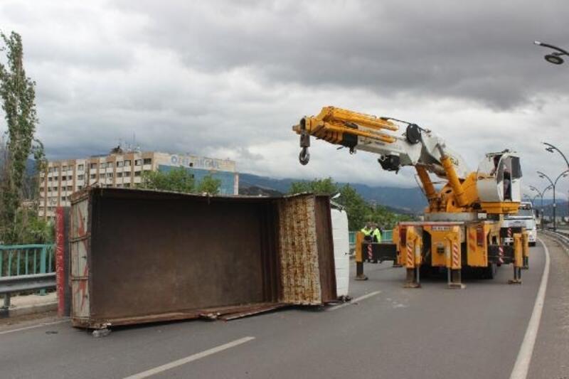 Salihli'de kamyonet devrildi: 3 yaralı