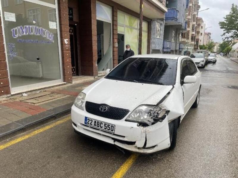 Keşan'da otomobil, spor salonunun camekanına çarptı