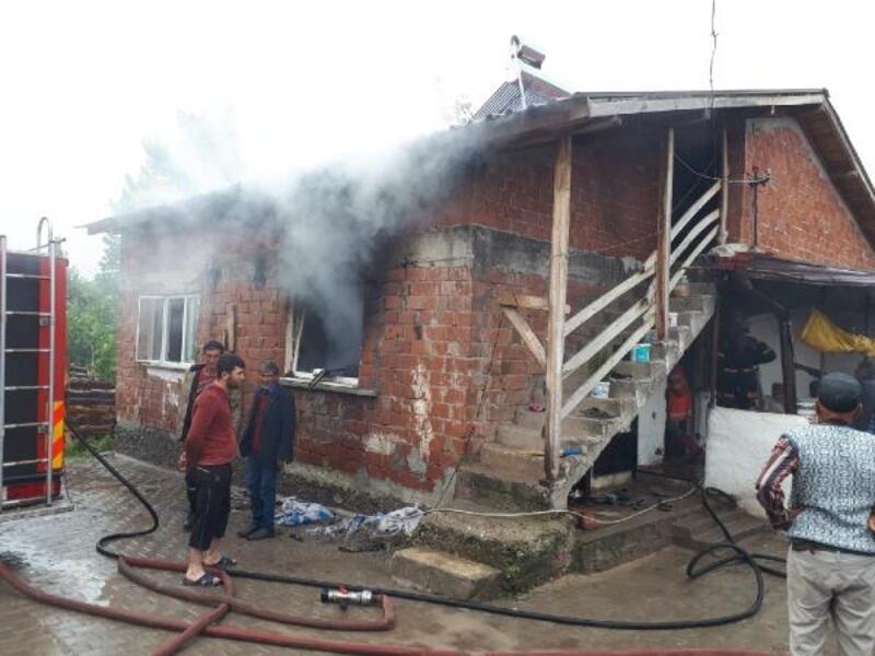 Niksar'da prize takılı sarj aleti yangına neden oldu