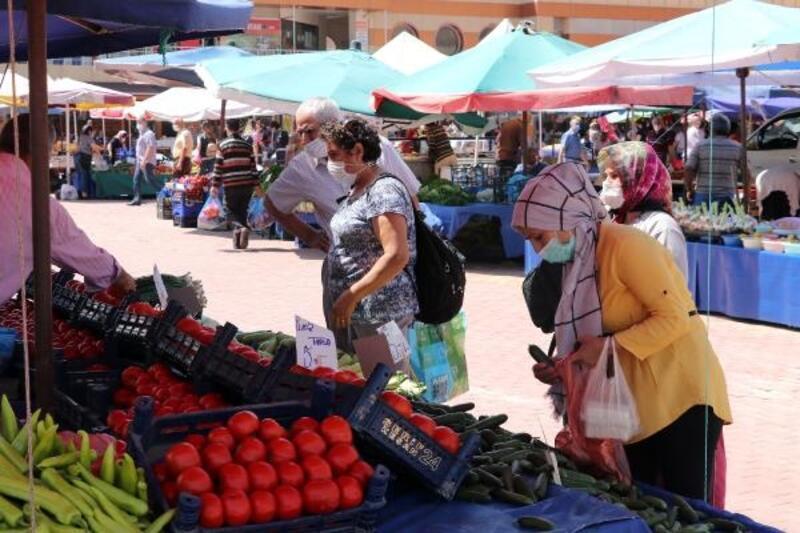 Keşan'da yağış nedeniyle bugün kurulan halk pazarında yoğunluk