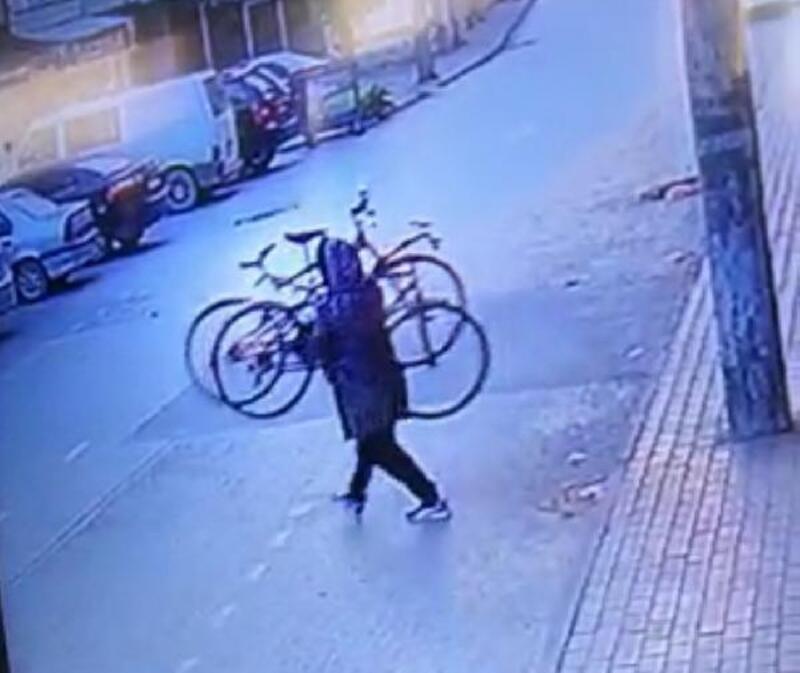 Bursa'da bisikletlerin çalınma anı kamerada