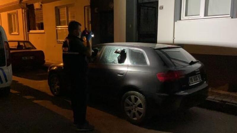 Kavgalarını ayırdığı gençler, aracının camlarını kırdı
