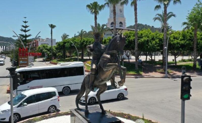 Pegasus yerine Atatürk heykeli