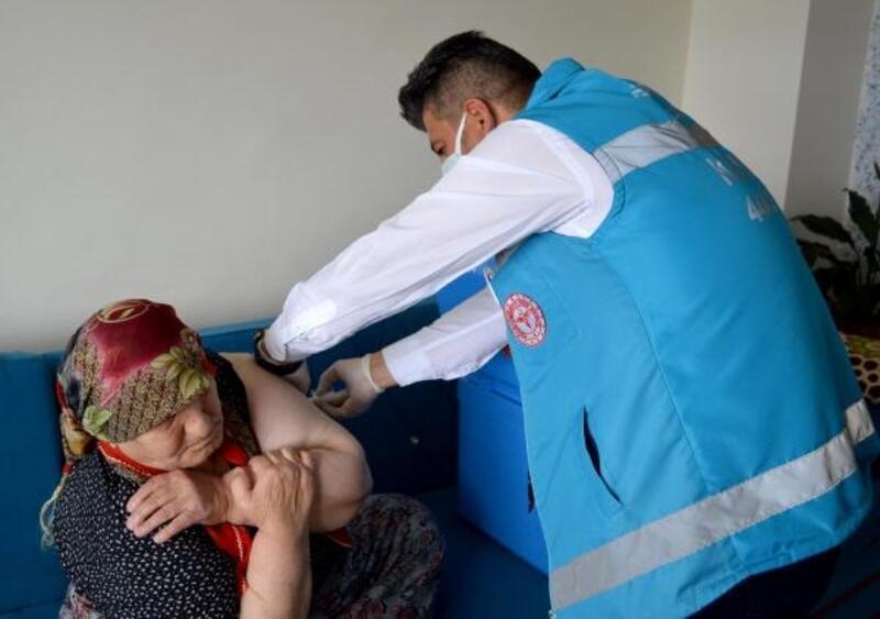 Kayseri'de 91 yaşındaki kadına koronavirüs aşısının ilk dozu evinde uygulandı