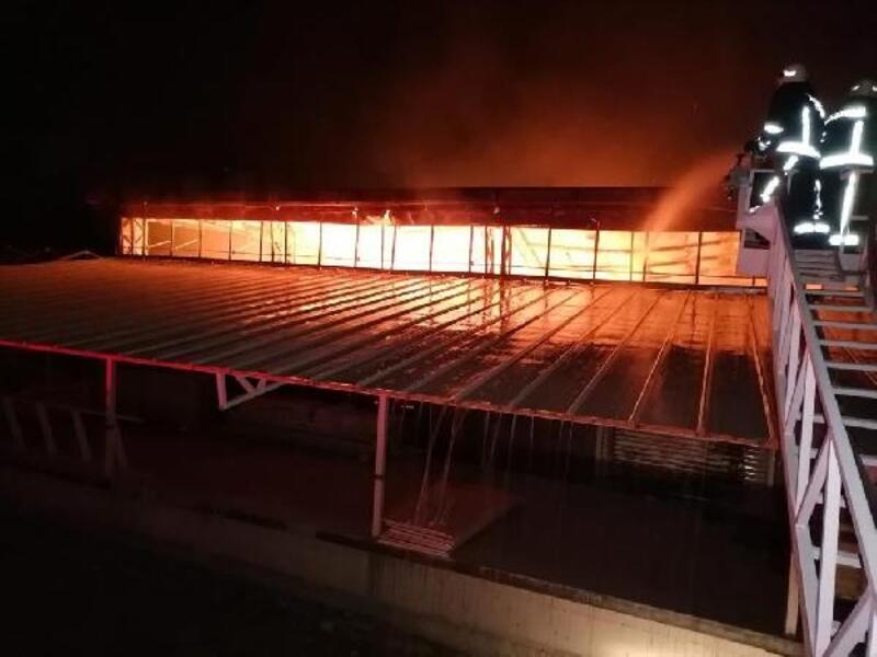 Açılışı beklenen iş yerinde yangın