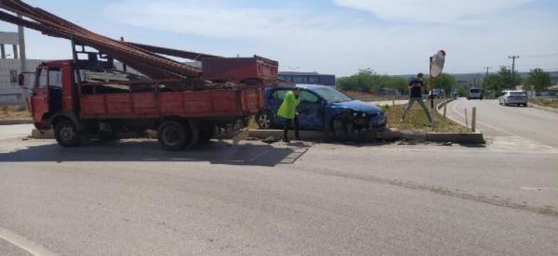 Keşan'da kamyonetle otomobil çarptı: 2 yaralı