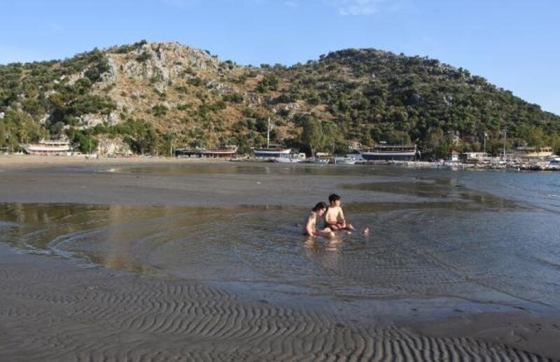 Demre'de deniz suyu çekildi