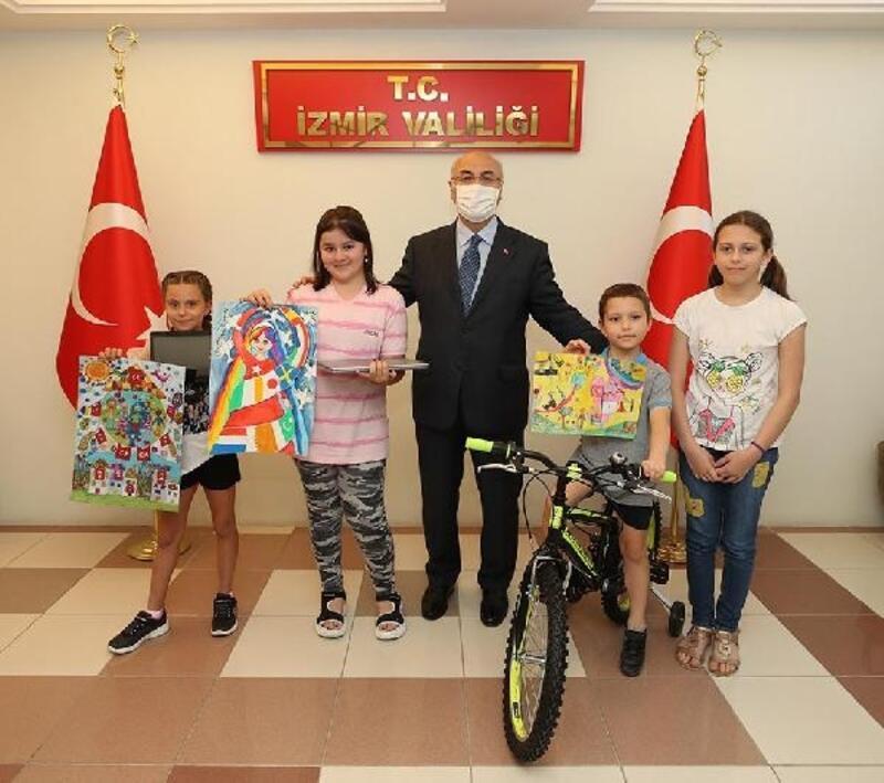 Vali Köşger, 23 Nisan konulu resim yarışmasında dereceye girenlere ödüllerini verdi