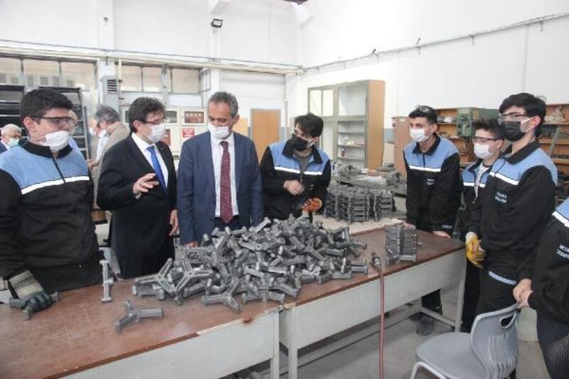 Milli Eğitim Bakan Yardımcısı Özer, 153 yıllık Tophane MTAL'yi ziyaret etti