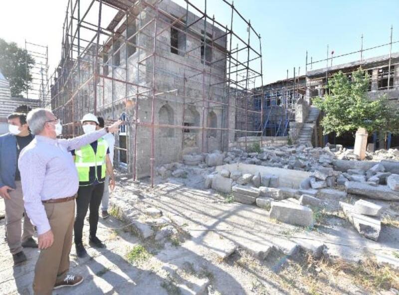 Karaloğlu, Sur'da devam eden restorasyon çalışmalarını inceledi