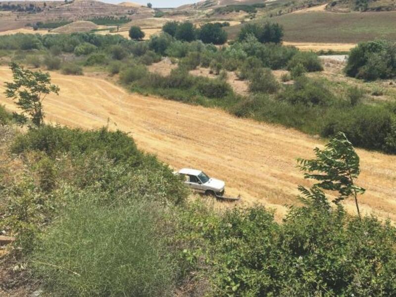 Uçurumdan yuvarlanan otomobildeki 2 kişi yaralandı