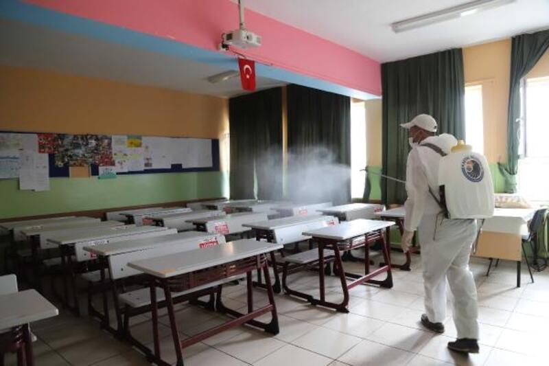 Kartal Belediyesi yüz yüze eğitim için okulları dezenfekte ediyor
