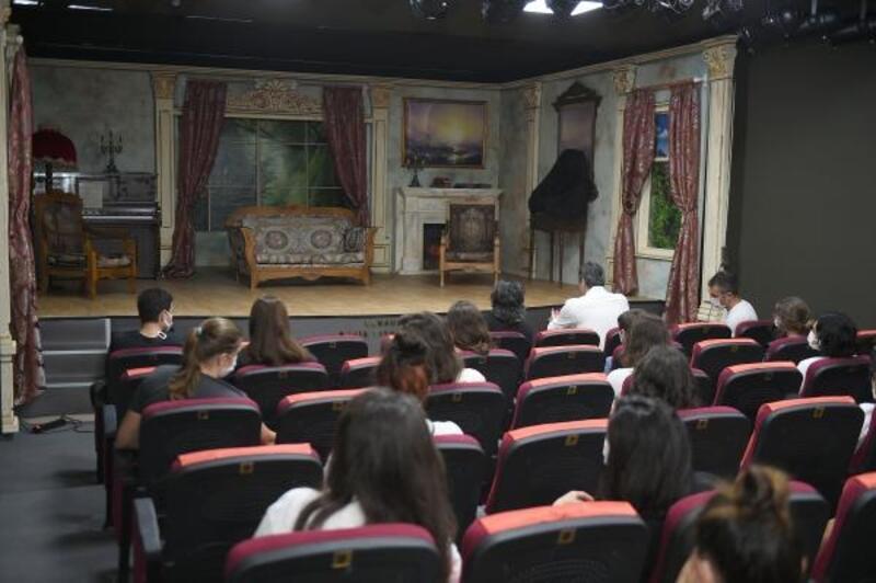Tarsus Şehir Tiyatrosu perdelerini açtı