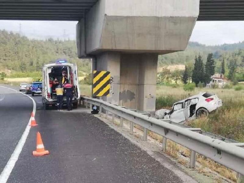 Beton bloğa çarpan otomobildeki 2 kişi yaralandı
