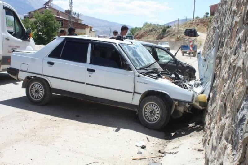 Çelikhan'da iki otomobil çarpıştı: 3 yaralı