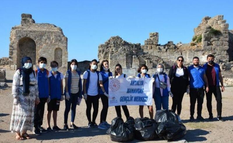 Gönüllü gençler Side Antik Kenti'ni temizledi