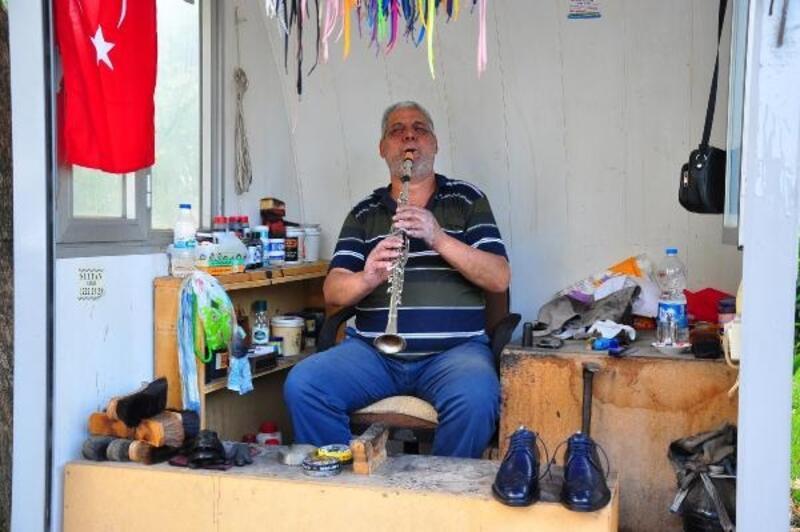 Ayakkabısını boyadığı müşterisine klarnet çalarak eğlendiriyor
