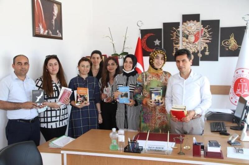 Erdemli'de 'Bir kitap bir umut' kampanyasına İcra Müdürlüğü'nden destek